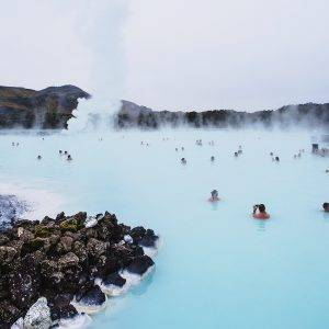 Iceland as we know and love it: extreme contrast in nature, such as here, in the Blue Lagoon