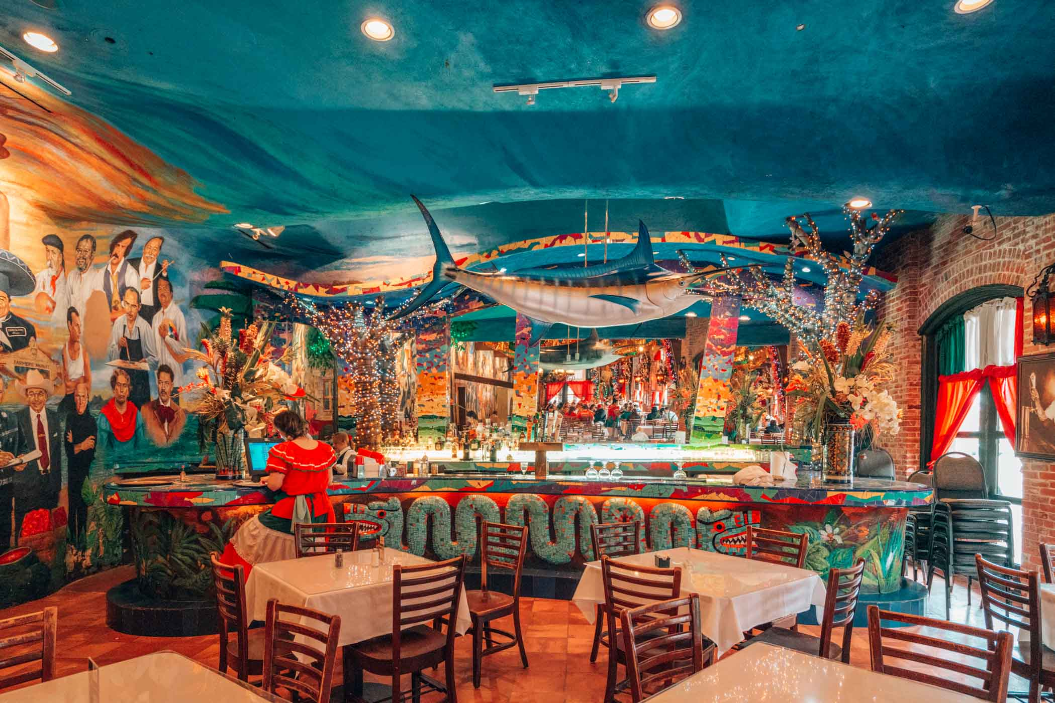 Find the best places to eat in San Antonio Texas- including the famous  Mi Tierra Café y Panaderia #Texas #visitTexas #USA